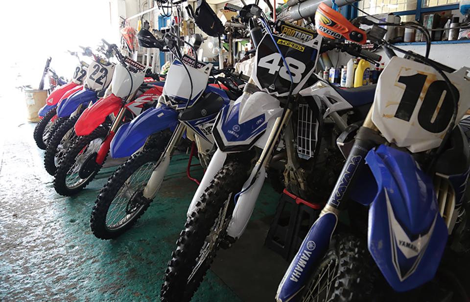 屋内保管の洗車スペースありの預かりガレージ。安心してマイバイクを預けることができることから多くのライダーから好評のサービスとなっている。
